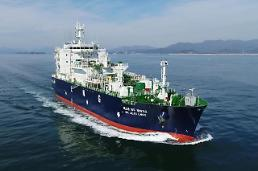 .Samsung Heavy applies eco-friendly water-soluble paint to LNG carrier.