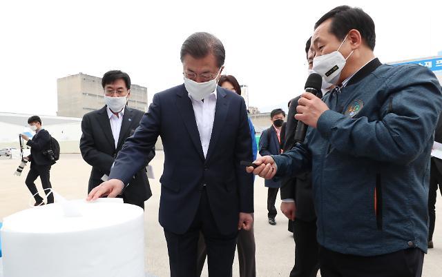 """구미산단 찾은 文대통령 """"기업 문 닫는 일 없도록 할 것"""""""
