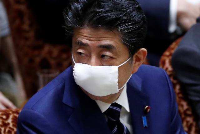 [포토] 안쓰던 마스크 착용한 아베 일본 총리