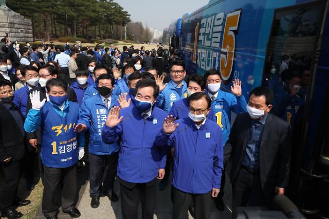 """선관위 """"민주·시민당 버스 시정요구""""…윤호중 """"표현의 자유"""""""