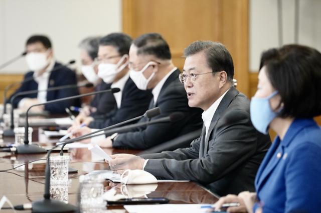 """수보회의 취소하고 금융계 찾은 文 """"'코로나 대출', 신속하게 해달라""""(종합)"""