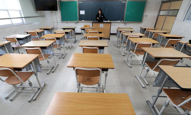 [포토] 텅 빈 교실에서 수업 진행