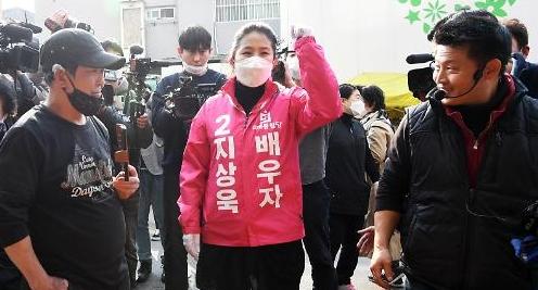 [포토] 지상욱 배우자 심은하, 남편 선거 유세