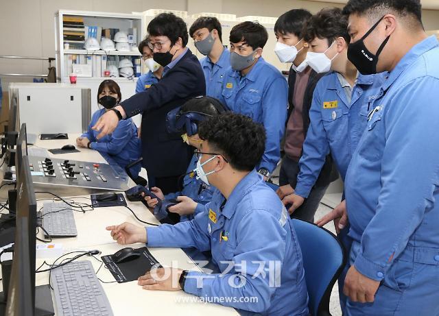 포스코, 실제 상황 쏙 빼 닮은 가상현실 교육...정비 직원 역량 강화