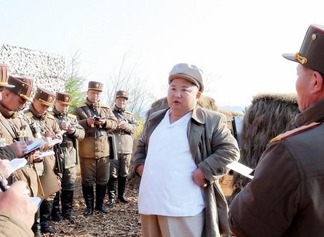 金正恩指导炮兵部队射击比赛
