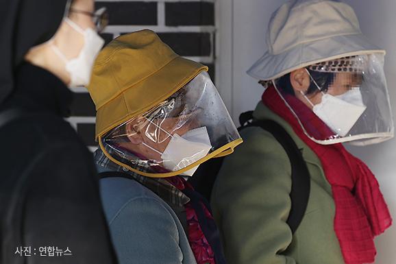 [현장] 사전투표소에 등장한 비닐장갑·안면 보호구