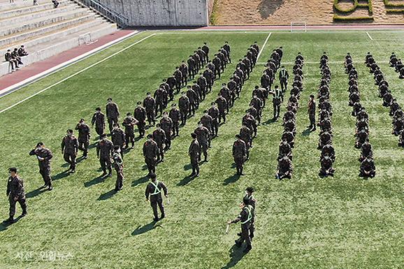 1m 간격 '오와 열' 돋보이는 훈련소 사전투표