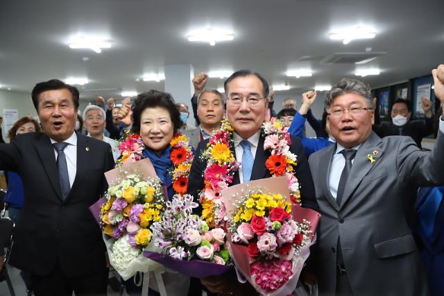 [포토] 꽃다발 목에 건 더불어민주당 이개호 후보