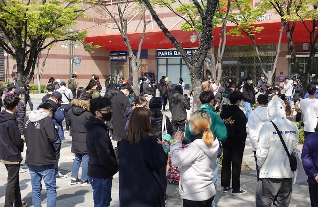 集合啦!韩市民排队购买动森限量版Switch游戏机