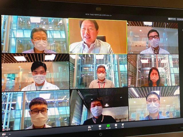 최태원 SK 회장이 27일 화상간담회를 통해 코로나19 백신을 개발하고 있는 SK바이오사이언스 연구원들을 격려하고 있다. [사진=SK 제공]