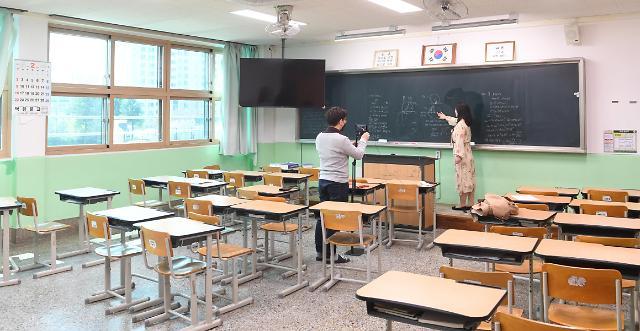 韩政府将拟定高三、初三学生线下开学方案