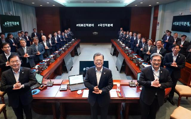President Moon joins social media initiative to thank medical staff