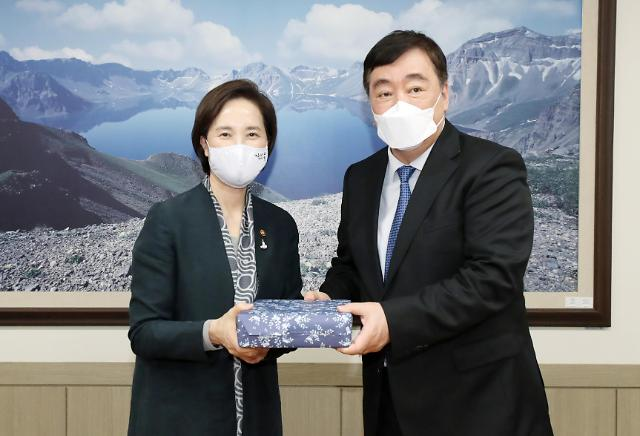 韩教育部长与中国大使合影