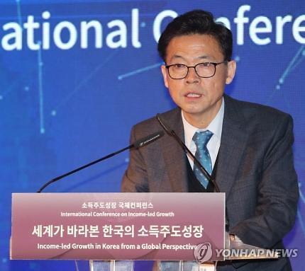 """홍장표 前경제수석 """"코로나 위기 극복, 소주성 확대가 방법"""""""