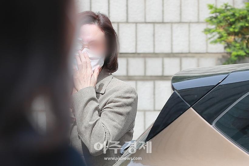 정경심 교수, 첫 불구속 재판 출석