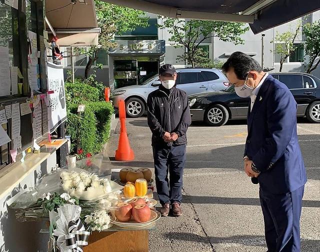 国务总理丁世均前往灵堂吊唁不堪居民欺凌自杀身亡的小区保安