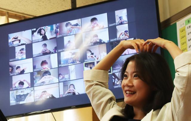 韩国教师节文在寅向老师致谢