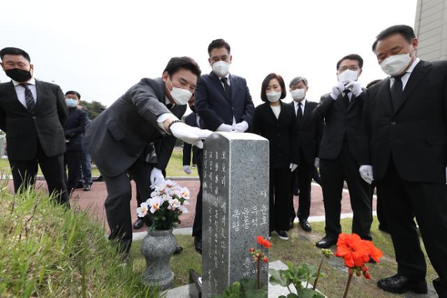 [포토] 미래한국당, 5·18묘지 참배
