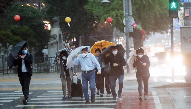 首尔市内狂风暴雨来袭