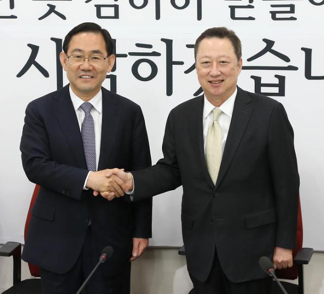 """박용만, 여야 신임 원대대표 만나 """"경제법안 조속 처리 해달라"""""""