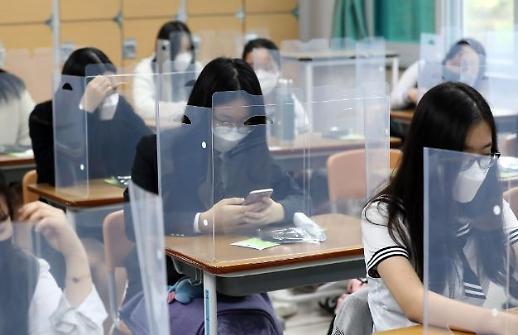 Hình ảnh các trường học mở cửa trở lại cho các học sinh trung học trong bối cảnh lo sợ virus kéo dài