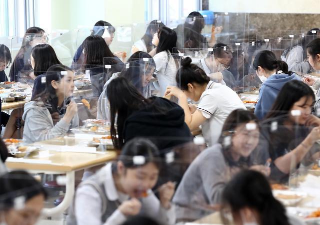 高三开学首日 食堂实行分隔式就餐