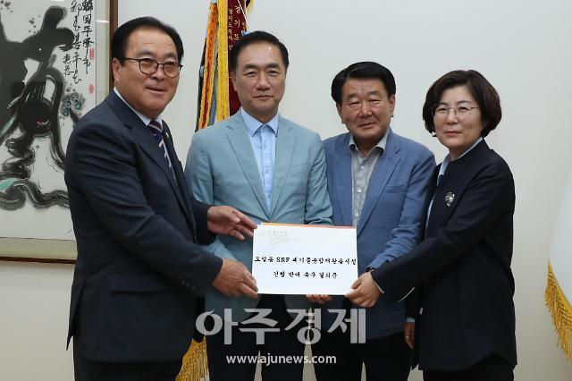 신원주 안성시의회 의장, 도일동 고형연료 소각장 반대 결의문 평택시장에 전달