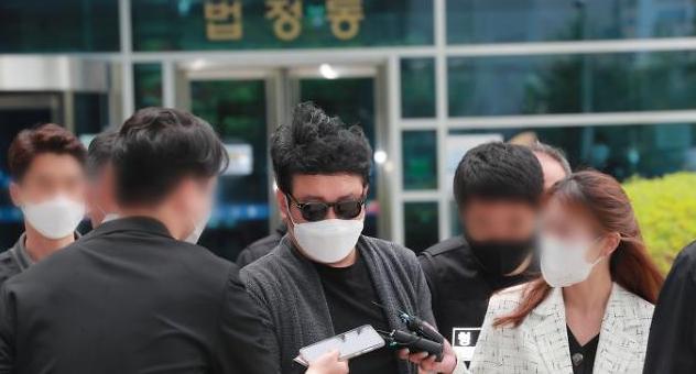 [슬라이드 화보] 경비원 폭행 혐의 입주민, 묵묵부답
