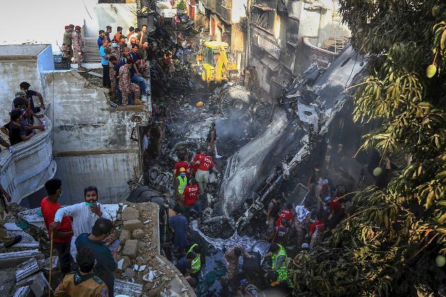 파키스탄 카라치서 여객기 추락...98명 중 2명 생존·시신 80여구 수습