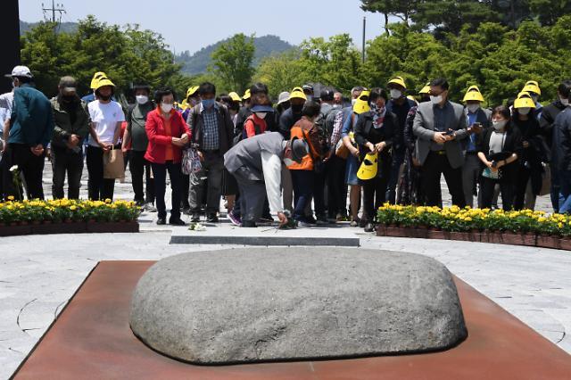 [포토] 봉하마을 추모객 헌화