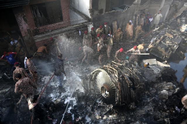파키스탄 여객기 추락···블랙박스 회수, 장례식 시작
