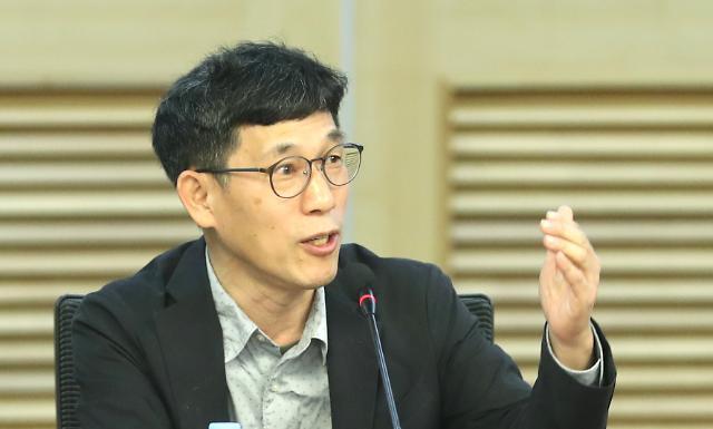 """진중권,""""어용 단체·매체 극성···민주어용상 만들어 주자"""""""