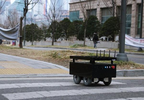 [코로나 시대 주목받는 로봇] ① 순찰부터 음식배달까지