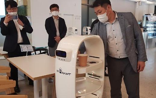Quán cà phê Hàn Quốc sử dụng Robot barista phục vụ khách hàng trong mùa dịch COVID
