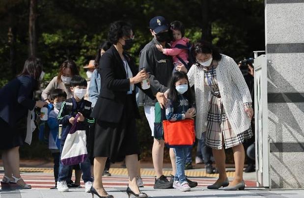 Hàn Quốc, nhiều học sinh trở lại trường trong bối cảnh các trường hợp nhiễm COVID mới gia tăng