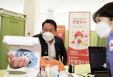 [포토]최태원 SK그룹 회장, 임직원 헌혈 릴레이 참여… 혈액 부족 사태 힘 보태자