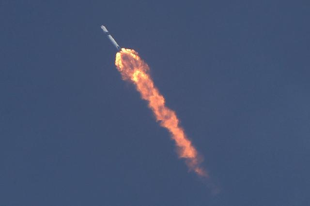 미국 첫 민간 유인우주선 발사 성공…우주여행 새시대