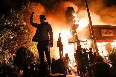불타는 미국…억눌렸던 불안·분노 백악관 앞까지 번졌다