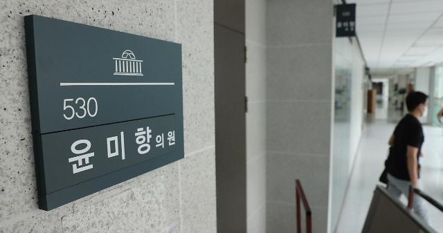 文 국정수행 지지도, 5주 만에 60%대 깨져…윤미향 논란 영향