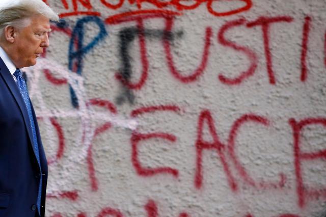 """[흑인사망 시위] 트럼프 """"다들 약해빠졌다, 하지만 나는 강하다""""...시위 일주일째, 유혈사태로 번지나"""