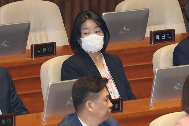 [포토] 제21대 국회 첫 본회의 참석한 윤미향