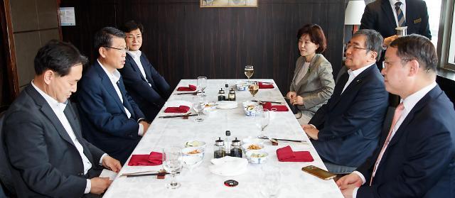 윤석헌-은성수 긴급 오찬회동…수석부원장 직제 유지키로