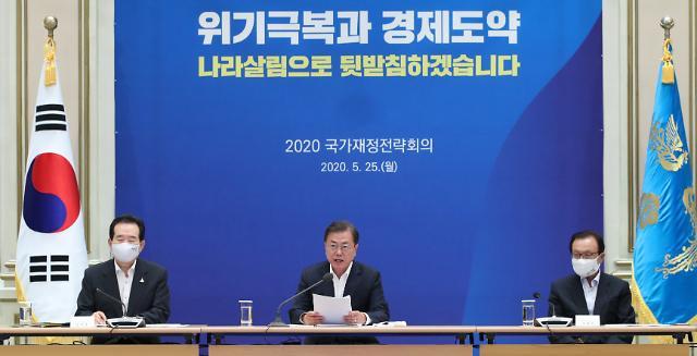 문재인 대통령·민주당 지지율, 동시 소폭 하락...윤미향 논란 탓?