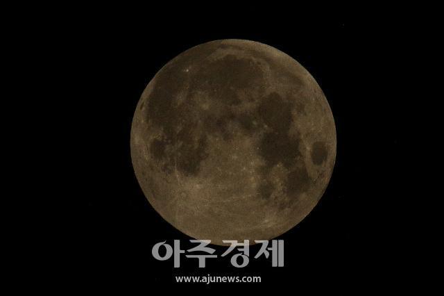 [포토] 반영월식으로 빛을 잃어가는 보름달