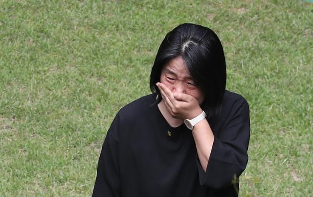윤미향, 쉼터소장 죽음에 오열…尹측, 공식반응 없어