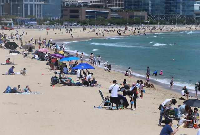 和风日丽下 韩市民扎堆海滩度假