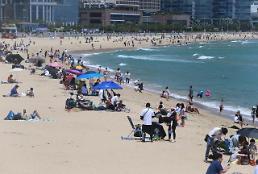 .和风日丽下 韩市民扎堆海滩度假.