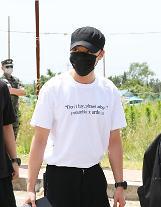 歌手ロイ・キム、15日に海兵隊入隊