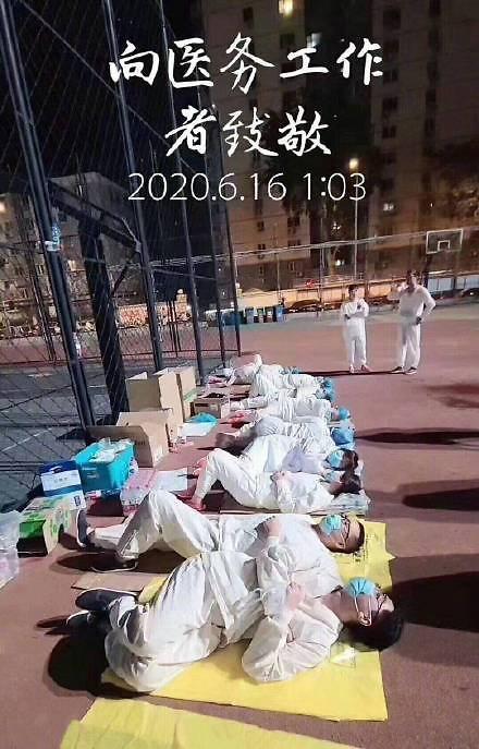 北京医生凌晨睡地照片引热议 网友:为啥不抄韩国作业?