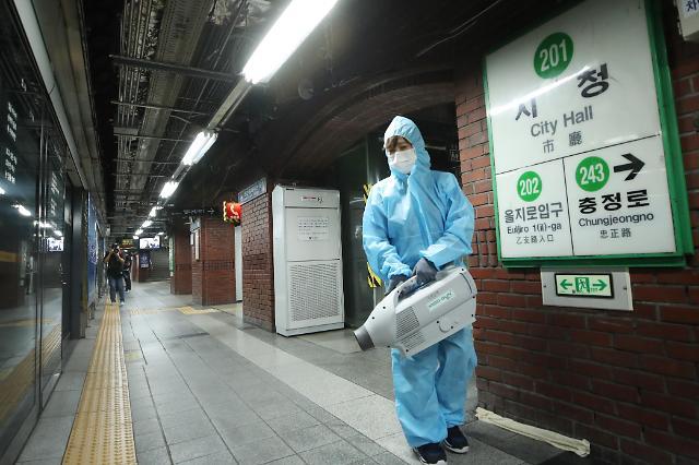 地铁站忙消毒